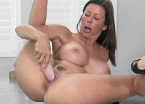 Alexis Fawx fucks her mature pussy
